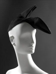chapeau-chaussure-gala-dali-par-schiaparelli-photodu-palais-galliera-680x901